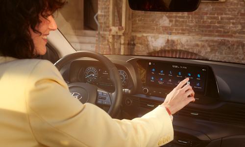Naujasis Hyundai BAYON du dideli sujungti ekranai